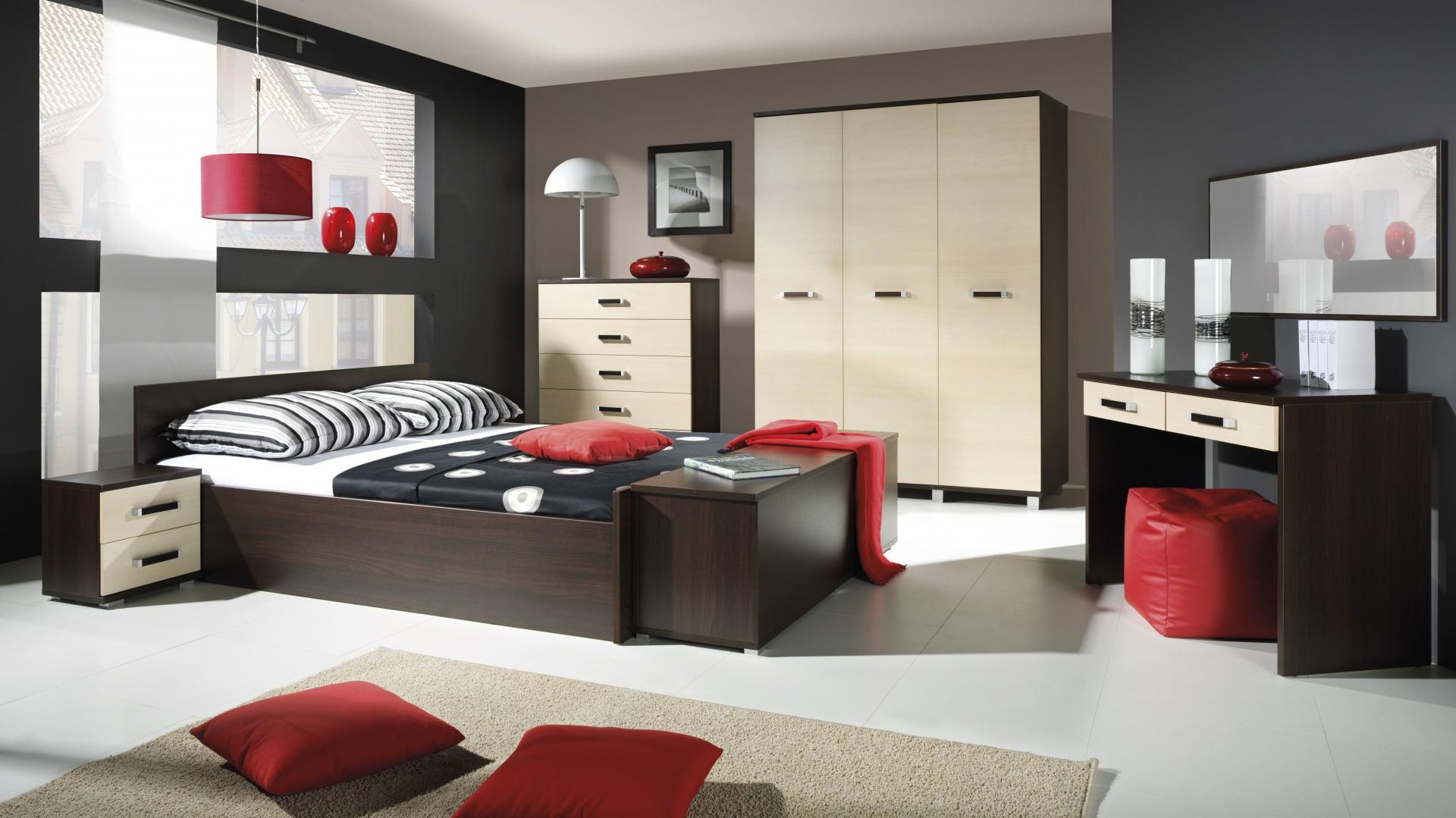 Kolekcja Maximus to funkcjonalne meble do sypialni, które pozwolą stworzyć wygodną i praktyczną aranżację. Połączenie beżowych frontów z ciemnym odcieniem drewna dodatkowo sprawi, że wnętrze będzie przytulne. Fot. Maridex.