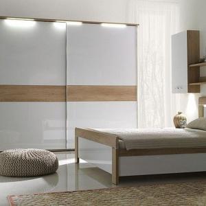 Sypialnia Manhattan to popularne aktualnie połączenie drewna i bieli w połysku. Łóżko oparte jest na ramie bardzo lekkiej w formie. Fot. Stolwit.