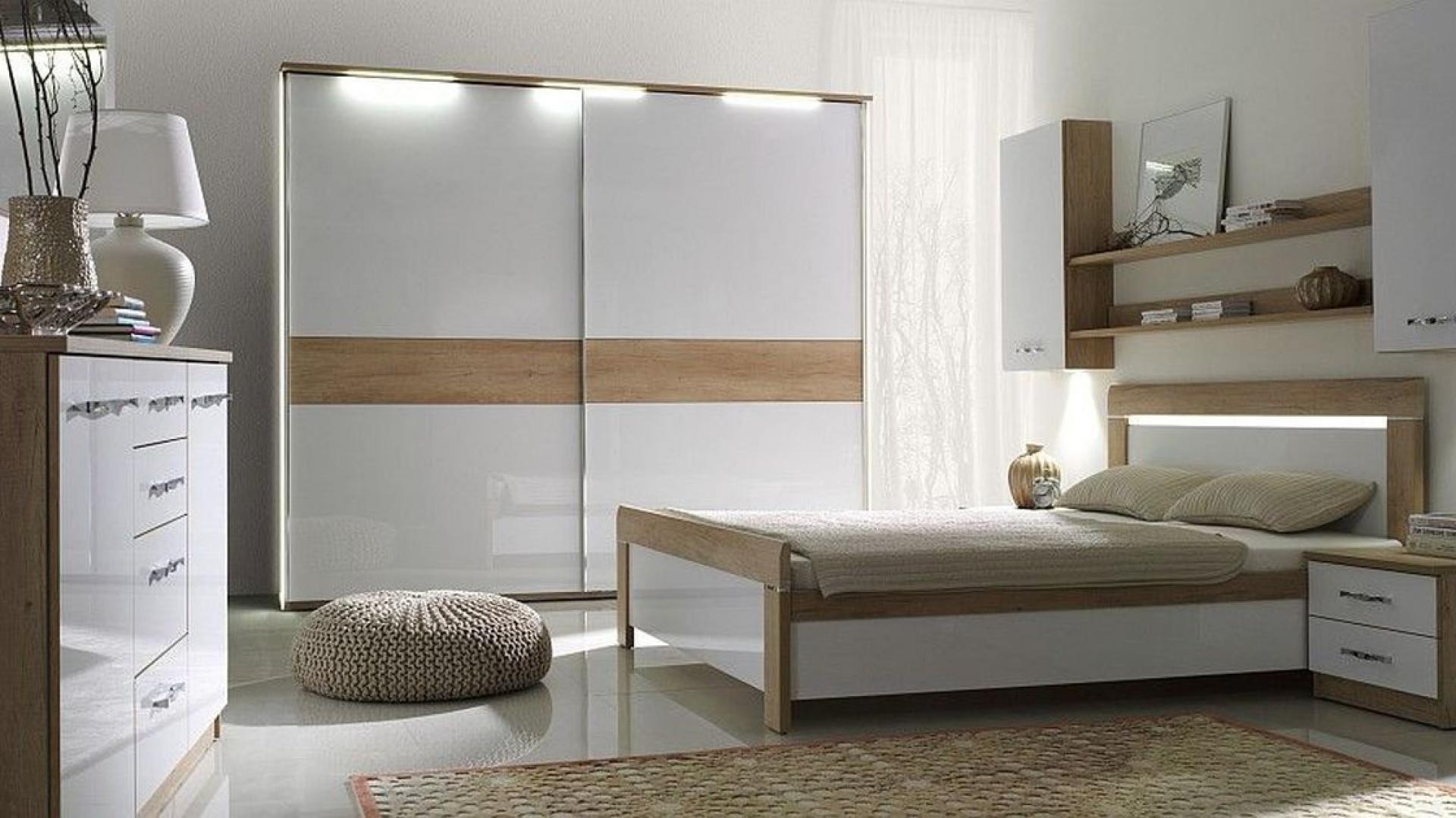 Kolekcja Manhattan to najmodniejsze połączenie bieli na wysoki połysk z elementami drewna. Dzięki tej kolekcji sypialnia będzie nowoczesna, ale też nieco przytulna. Fot. Stolwit.