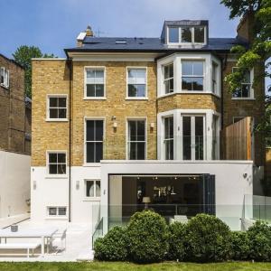 Architekci postanowili zachować dawną elewacje budynku, by nie tracić pierwotnego stylu. Z jasną, brązową cegłą połączono białą elewację, która dodała do starego klimatu odrobinę nowoczesności. Projekt: Rupert Martineau, SHH Architects. Fot. Alastair Lever, Gareth Gardner.