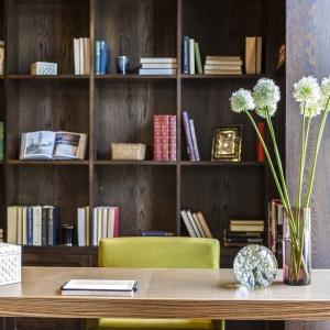 Gabinet został urządzony bardzo funkcjonalnie. Półki zamontowanych wokół biurka szaf modułowych, w kolorze ciemnego drewna, pomieszczą wszystkie książki i drobiazgi właściciela. Projekt: Rupert Martineau, SHH Architects. Fot. Alastair Lever, Gareth Gardner.