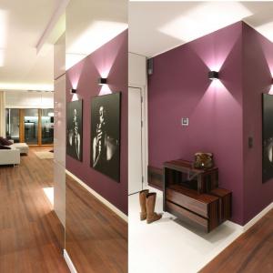 Wąski korytarz stanowi kolorystyczne kontinuum wystroju strefy dziennej. Gra luster optymalizuje przestrzeń. Projekt: Katarzyna Mikulska-Sękalska. Fot. Bartosz Jarosz.