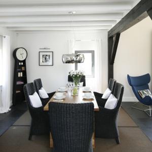 Wnętrze pomimo użycia ciemnych krzeseł, dzięki dwóm oknom i białym, zwiewnym zasłonom jest przestronne i jasne. Dopełnienie całości jest duży zegar, pełniący również rolę dekoracji.