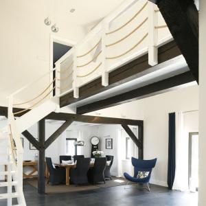 Oryginalnym odwzorowaniem stylu marynistycznego było zastosowanie lin zamiast tradycyjnej balustrady przy schodach.