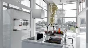 Nowoczesne okapy przyciągają wzrok pięknymi kształtami. Ich podstawowe zadanie to usuwanie kuchennych oparów. Mają też często dodatkowe funkcje.