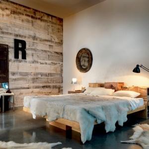 Surowe drewno, niedbale złożone w bryłę łóżka sprawiło, że mebel ten uczyni każdą sypialnię przytulnym, naturalnym wnętrzem. Fot. Marchetti.