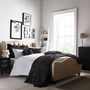 Tapicerowane łóżko to sprawdzony sposób na ocieplenie wizerunku sypialni. Pikowane wezgłowie z zaoblonymi brzegami doda też wnętrzu stylowej elegancji. Fot. Isme.