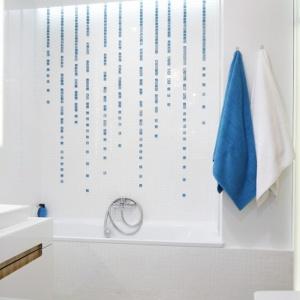 Niebieskie akcenty świetnie pasują do białych okładzin ścian łazienki. Projekt: Agnieszka Zaremba, Magdalena Kostrzewa-Świątek. Fot. Bartosz Jarosz.