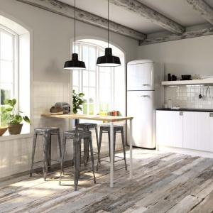 Jeśli marzy nam się drewniana podłoga, ale obawiamy się stosować drewno w mokrym pomieszczeniu, jakim jest kuchnia, sięgnijmy po płytki drewnopodobne. Te z kolekcji Kenzo firmy Argenta imitują do złudzenia postarzaną deskę. Fot. Argenta.