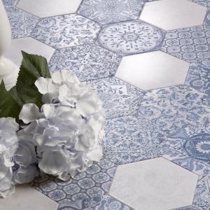 Ze wzorem starej tkaniny  – płytki sześciokąty Artigano Harmony firmy Peronda. Fot. Peronda.
