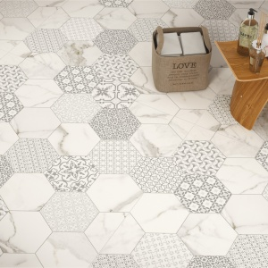Sześciokątny wzór marmuru i tkanin na płytkach prostokątnych – płytki Infinity firmy Fondovalle. Fot. Fondovalle.