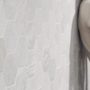 Jak wykonane z kamienia – płytki heksagonalne Casamood firmy Florim. Fot. Florim.