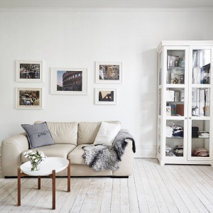 Jasne wnętrze ociepla wizualnie drewniana podłoga. Ona jednak również jest w bladym kolorze bielonego drewna, wpisując się w paletę barw, dominującą w mieszkaniu. Fot. Stadshem.se/Jonas Berg.