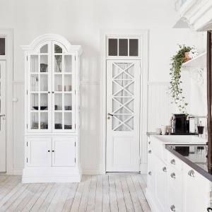 Meble w mieszkaniu utrzymane są w klasycznej stylistyce - pięknie stylizowane, frezowane, przeszklone i nierzadko dodatkowo ozdobione szprosami. Fot. Stadshem.se/Jonas Berg.