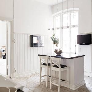 Wyspa to kącik rozrywki w domu. Pełni funkcję baru, przy którym można się zrelaksować i pooglądać TV. Fot. Stadshem.se/Jonas Berg.