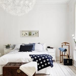 W sypialni dominuje biel, która nabiera marynistycznego klimatu, dzięki ciemnoniebieskim dodatkom. Fot. Stadshem.se/Jonas Berg.