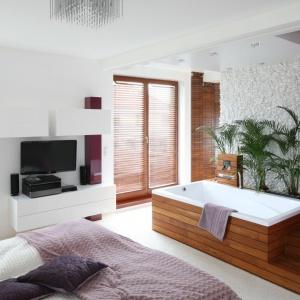 W małżeńskiej sypialni zlikwidowanie ściany dzielącej pokój i łazienkę sprawi, że przestrzeń będzie intymna i klimatyczna. Projekt: Katarzyna Mikulska-Sękalska. Fot. Bartosz Jarosz.