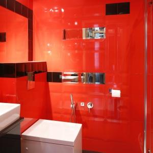 Łazienka z kabiną prysznicową – jej powierzchnia to 4 metry kwadratowe. Projekt: Beata Ignasiak. Fot. Bartosz Jarosz.