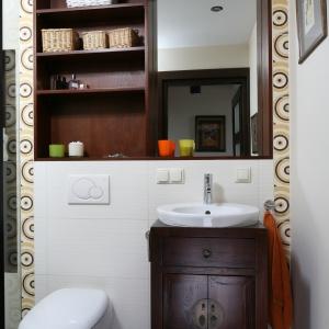 Zabudowa sedesu i umywalki zostały połączone, by w małej łazience zmieścił się duży prysznic. Projekt: Magdalena Krupczak. Fot. Bartosz Jarosz.