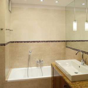 Zabudowa umywalki, ustawiona bokiem przy wannie, zajmuje mniej miejsca w łazience. Projekt: Piotr Gierałtowski. Fot. Bartosz Jarosz.