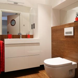 Małą łazienkę dla rodziny powiększają duże lustra nad umywalką i sedesem. Projekt: Dorota Szafrańska. Fot. Bartosz Jarosz.