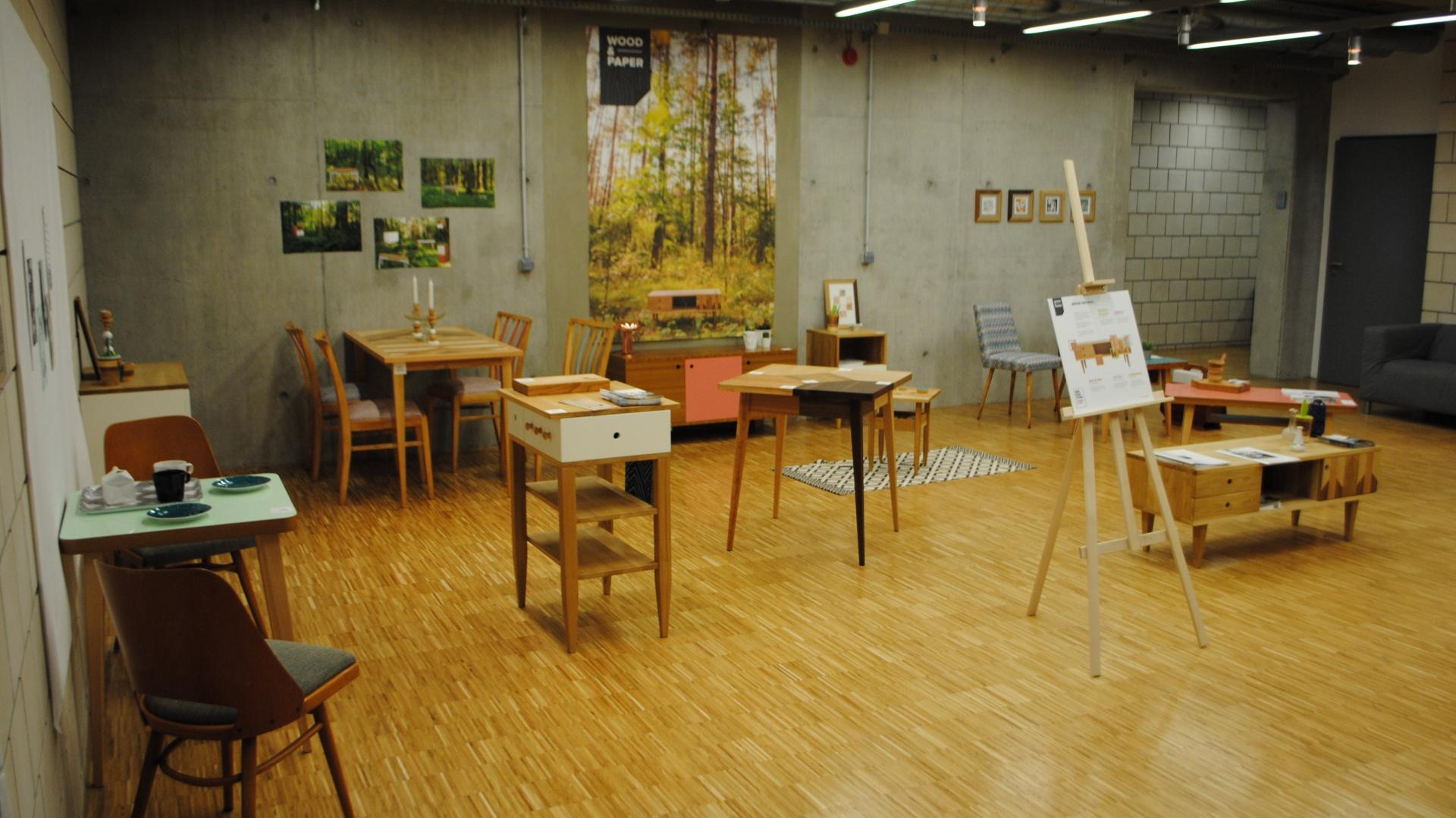 Wystawa marki Wood & Paper, promująca polskie wzornictwo meblarskie z lat 60-tych na festiwalu Wawa Design. Fot. Piotr Sawczuk