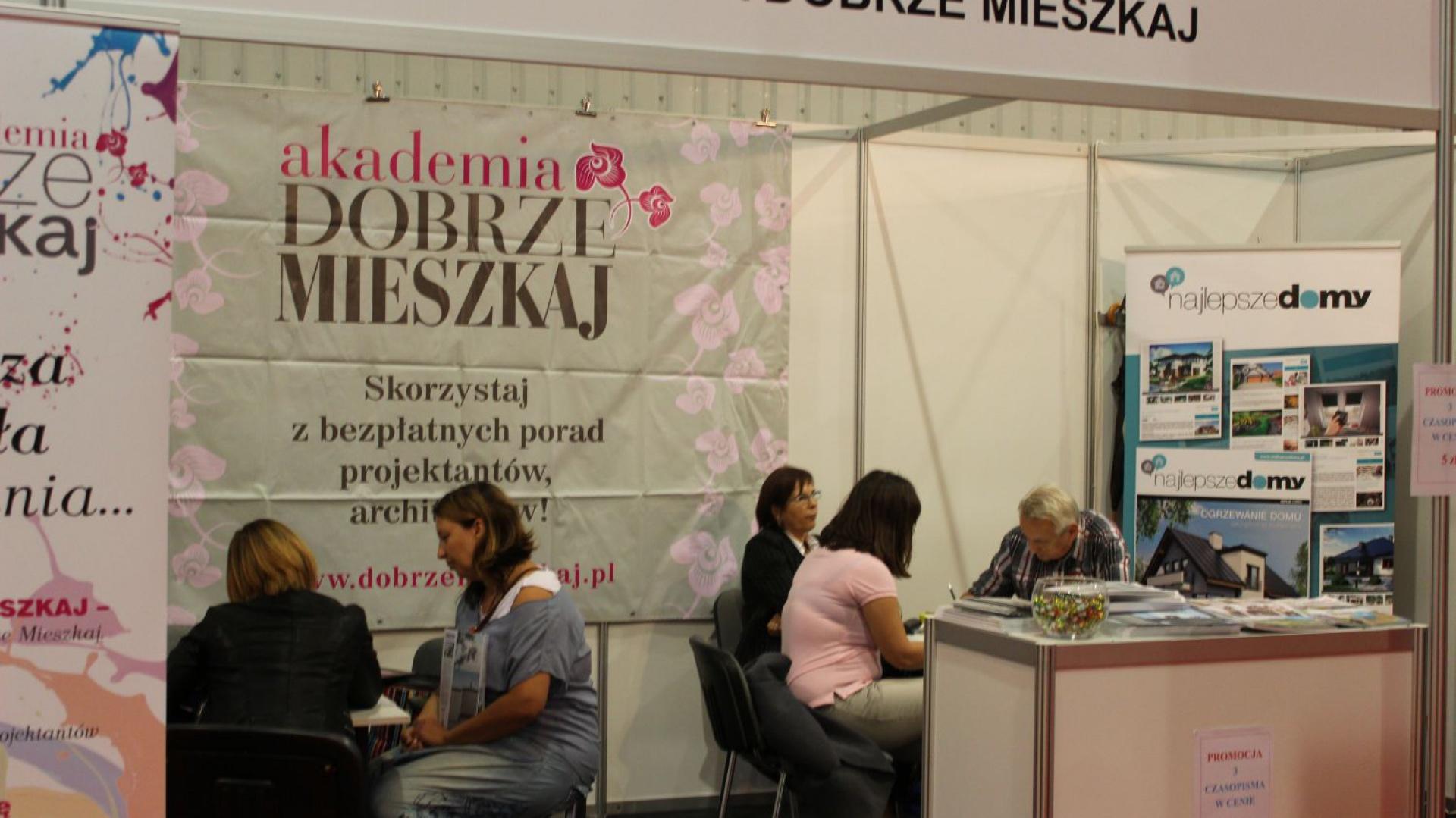Akademia Dobrze Mieszkaj to akcja edukacyjna, w ramach której profesjonalni architekci i projektanci udzielają porad inwestorom prywatnym.