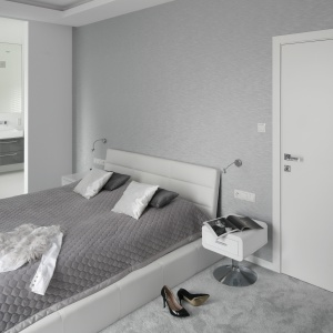 Sypialnia z bezpośrednim dostępem do łazienki. Wnętrze jest nowoczesne oraz pełne ciekawych, ale też bardzo uniwersalnych elementów dekoracyjnych. Projekt: Katarzyna Mikulska-Sękalska. Fot. Bartosz Jarosz.