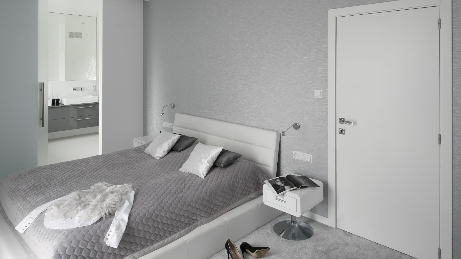 Szarości i biel to doskonale zgrany duet. Dzięki takiemu połączeniu, sypialnia będzie jasna, nowoczesna, ale też przytulna. Projekt: Katarzyna Mikulska-Sękalska. Fot. Bartosz Jarosz.