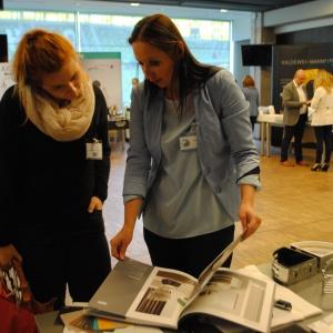 Stoisko firmy Novellini – Agnieszka Rygulska-Kmieć prezentuje architektom bogatą ofertę wyposażenia łazienek.