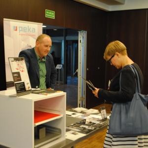 Na stoisku firmy Peka można było otrzymać m.in. katalogi, a także umówić się na kolejne spotkanie. Na pytania odpowiadał Łukasz Kuśmierz.