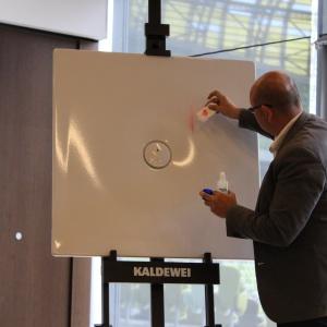 Robert Darski pokazuje, jak odporne są brodziki ze stali emaliowanej Kaldewei. Ich powierzchnia wygląda jak nowa nawet po zmywaniu takich plam jak lakier do paznokci.