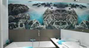 Podwodna rafa koralowa? A może drapacze chmur, egzotyczne kwiaty, karnawał w Wenecji... Fototapety są bardzo modne w łazienkach.