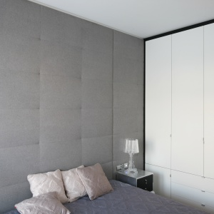 Ściany wykończone pikowaną tkaniną zapewnia w sypialni przytulny nastrój, ale również nietuzinkowy styl. Projekt: Anna Maria Sokołowska. Fot. Bartosz Jarosz.