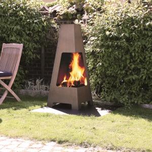 Biokominek Terrazza opracowany został przez Hareide Design, znaną, norweską pracownię projektową. Kominek odznacza się unikalnym wzornictwem i materiałami. Wykonany jest ze stali Corten o grubości 2 mm, która po krótkim czasie użytkowania kominka na zewnątrz, pokrywa się rudym nalotem. Cena: ok. 1.290 zł. Fot. Jotul.