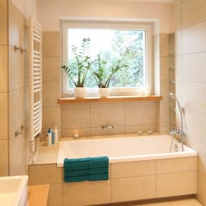 Powierzchnia 8,5 metrów kwadratowych. Z tej łazienki korzystają 4 osoby. Oprócz wanny, zmieściła się tutaj też kabina. Projekt: Marcin Lewandowicz. Fot. Bartosz Jarosz.