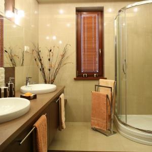 Powierzchnia 9 metrów kwadratowych. Dwie umywalki ułatwiają korzystanie z łazienki dwóm osobom jednocześnie. Projekt: Kinga Śliwa. Fot. Bartosz Jarosz.