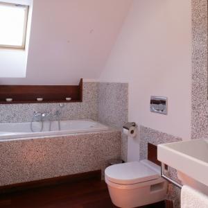 Powierzchnia 5 metrów kwadratowych. Rodzinna łazienka z wanną na poddaszu przy sypialniach. Projekt: Piotr Wełniak. Fot. Monika Filipiuk-Obałek.