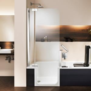 Kabina prysznicowa to jednocześnie drzwi do wanny - wanno-kabina Artlift firmy Artweger. Fot. Artweger.