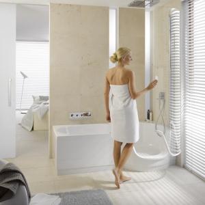 Z wygodną, zaokrągloną kabiną prysznicową - wanno-kabina BetteTwist firmy Bette. Fot. Bette.