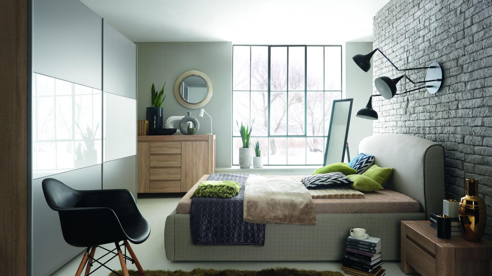 Łóżko z kolekcji Alice ma przyjemną w dotyku tkaninę. Do każdej sypialni wprowadzi przytulny i wygodny nastrój. Fot. Black Red White.