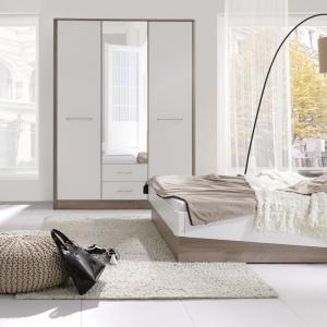 Sypialnia Liverpool dostępna jest w najmodniejszym połączeniu drewna z kolorem białym w połysku. Na uwagę zasługuje asymetryczna rama łóżka. Fot. Stolwit.