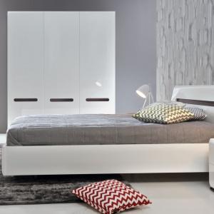 Meble z kolekcji Azteca są nowoczesne i doskonale pasują do sypialni w minimalistycznym stylu. Monotonię białej barwy przełamano za pomocą wstawek z elementem drewna. Fot. Black Red White.