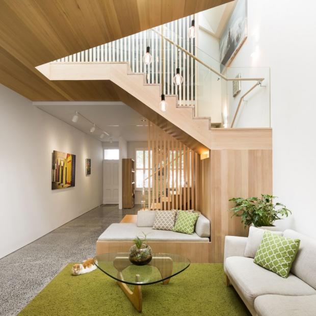 Nowoczesny dom: wnętrze ocieplone drewnem