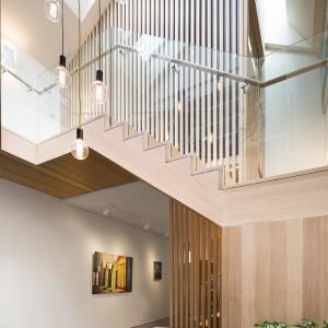 Ażurowe przepierzenie z drewnianych desek jednocześnie przepuszcza światło i zapewnia intymność w strefie prywatnej, zlokalizowanej na piętrze. Projekt: Mitsuori Architects. Fot. Michael Kai Photography.