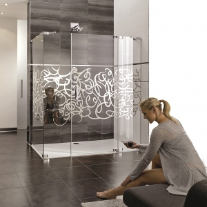 Z chromowanym dekorem na szkle – kabina Studio Paris Sign Anti-Plaque Hüppe (proj. Pheonix Design). Fot. Hüppe.