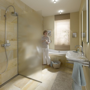 Ścianka z fakturowanego szkła – łazienka z wyposażeniem firmy Hoesch. Fot. Hoesch.