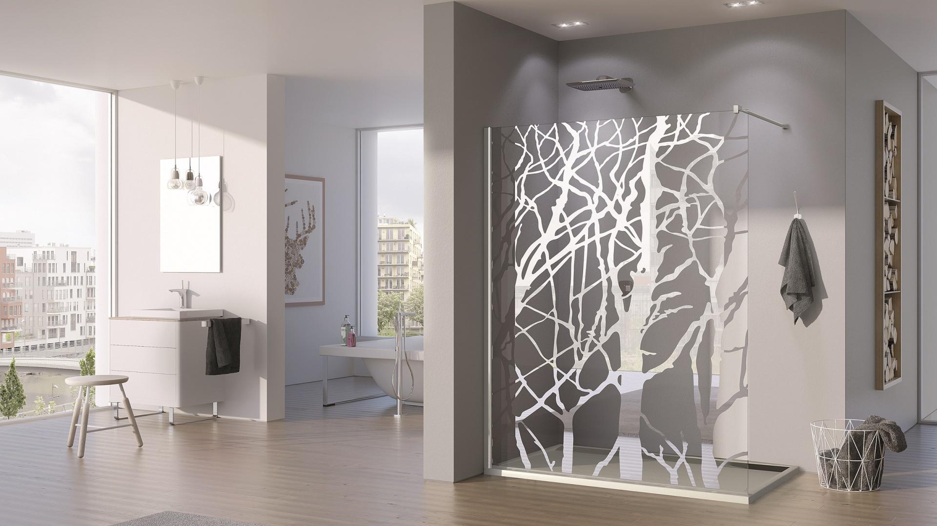 Dekor lustrzany w postaci lustrzanych drzew – kabina prysznicowa PUR firmy SanSwiss. Fot. SanSwiss.