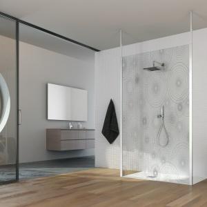 Wzór geometryczny dodaje charakteru minimalistycznej łazience - kabina prysznicowa Rocca Centrale formy TDA. Fot. TDA.