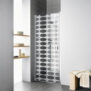 Geometryczny wzór maskuje zacieki, a jednocześnie jest dekoracją łazienki - drzwi prysznicowe Raya firmy Kermi. Fot. Kermi.